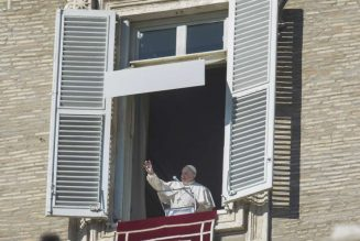 Pope Francis apologizes for losing patience with woman who grabbed him in viral video…